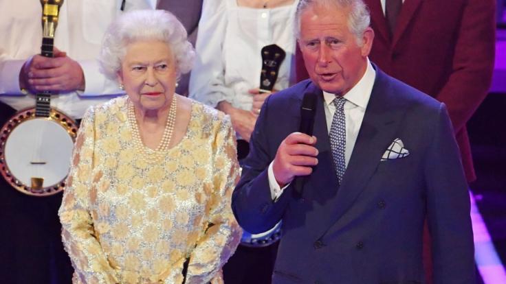 Prinz Charles und Queen Elizabeth II. freuen sich über die Geburt von Prinz Harrys Tochter Lilibet. (Foto)