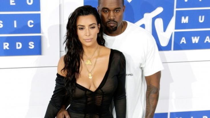 In einem Hauch von Nichts: Kam Kardashian bewies einmal mehr ihren Hang zu gewagten Outfits. Ihr Gatte, Rapper Kanye West, hielt es da schlichter. (Foto)