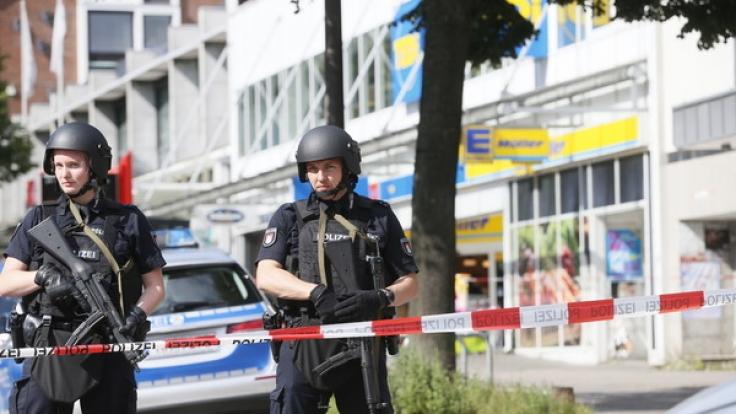 Nach einer Messerattacke riegelte die Polizei eine beliebte Einkaufsstraße in Hamburg zeitweise ab. (Foto)