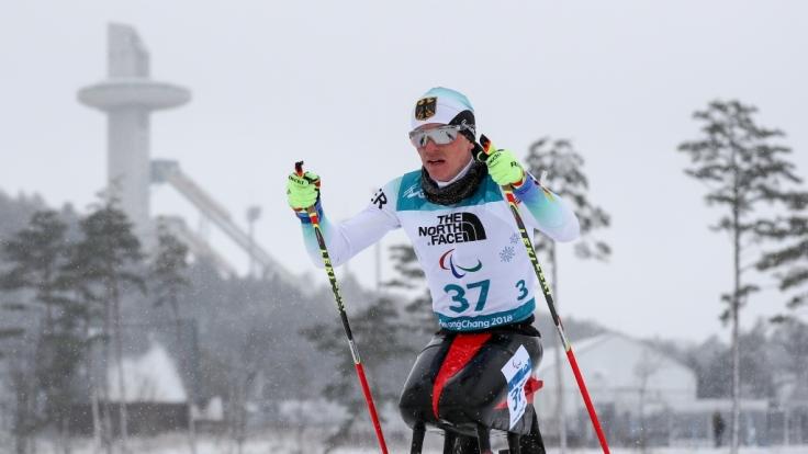 Biathlon 15km Herren sitzend. Martin Fleig (Deutschland) fährt über die Strecke.