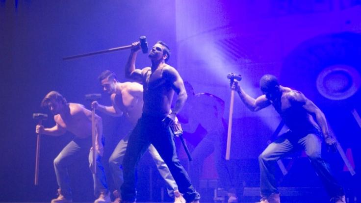 Mit verschiedenen Choreographien und Striptease-Einlagen brachten die Jungs die Halle zum Kochen. (Foto)