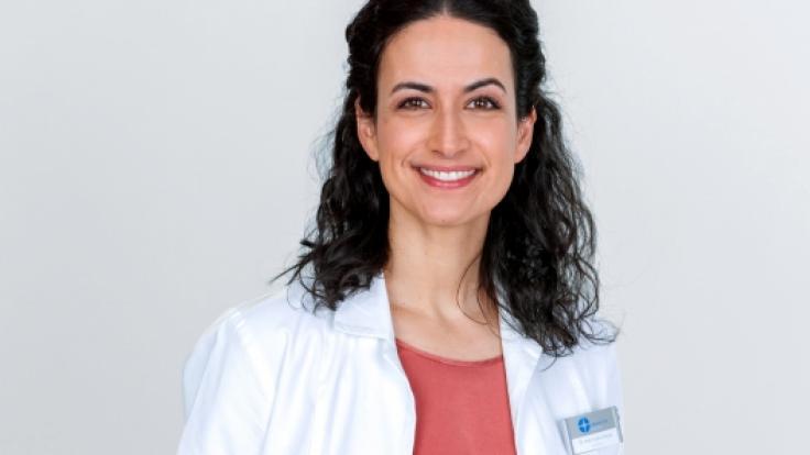 """Sanam Afrashteh spielt seit 2012 Dr. Leyla Sherbaz in der Serie """"In aller Freundschaft - Die jungen Ärzte"""". (Foto)"""
