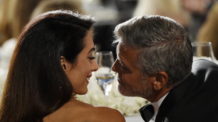 Amal und George Clooney sind bereits Eltern von Zwillingen namens Ella und Alexander - steht dem Paar nun erneut Nachwuchs im Doppelpack ins Haus? (Foto)