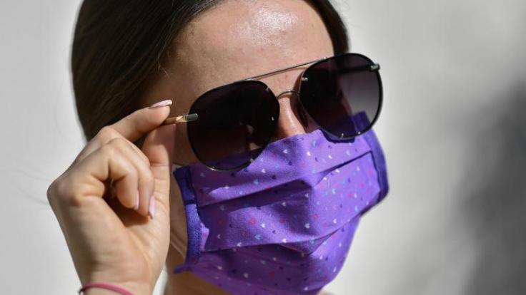 Vor allem an heißen Tagen empfinden viele Menschen die Mund-Nasen-Bedeckung als störend. (Foto)