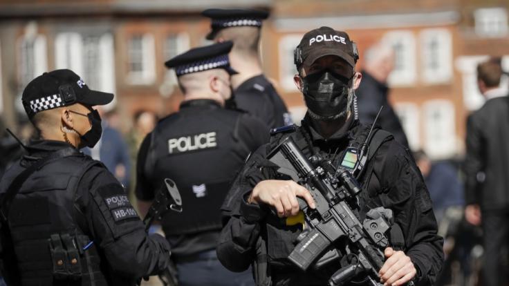Schwer bewaffnete Polizisten patrouillieren vor Schloss Windsor vor der Beisetzung des britischen Prinzen Philip, Herzog von Edinburgh. (Foto)