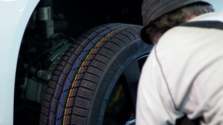 Ein 55-jähriger Mann ist beim Reifenwechsel auf einer Autobahn in Nordrhein-Westfalen von einem Lastwagen überrollt und dabei tödlich verletzt worden. (Foto)