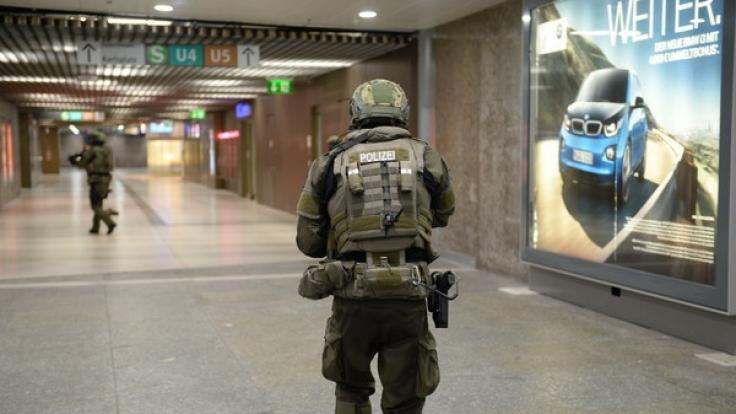 Spezialeinsatzkräfte der Polizei in der der U-Bahnstation Karlsplatz in München. Nach dem Amoklauf am Olympia-Einkaufszentrum hatte es auch Meldungen über Schüsse an anderen Orten in der Stadt gegeben. (Foto)