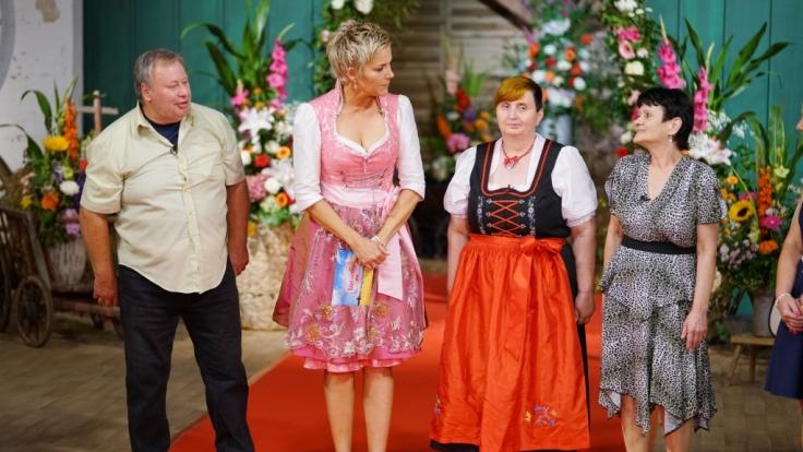 Reinhold (58), der einsame Hobbybauer aus der Magdeburger Börde, Sachsen-Anhalt und Siegrid (r.) und Karin. (Foto)