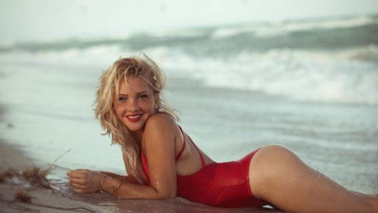 Bachelor-Kandidatin Evelyn Burdecki will ihr Kleid aus der TV-Werbung verkaufen. (Foto)