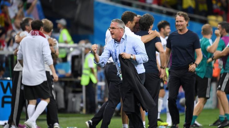 DFB-Büroleiter Georg Behlau jubelt nach dem Sieg-Tor zum 2:1 von Toni Kroos.