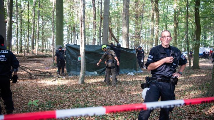 Rettungskräfte im Hambacher Forst kümmern sich um einen Mann, der 15 Meter tief durch eine Hängebrücke gebrochen ist.
