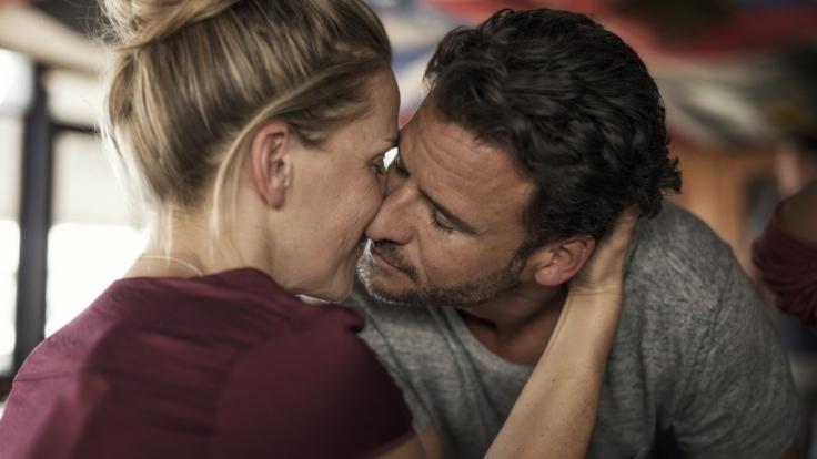Lara (Tanja Wedhorn) und Richard (Stephan Luca) lassen endlich ihre Liebe zu. (Foto)