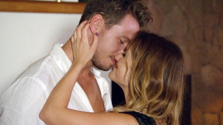 Viola zieht Sebastian mit einem zärtlichen Kuss zu sich heran.