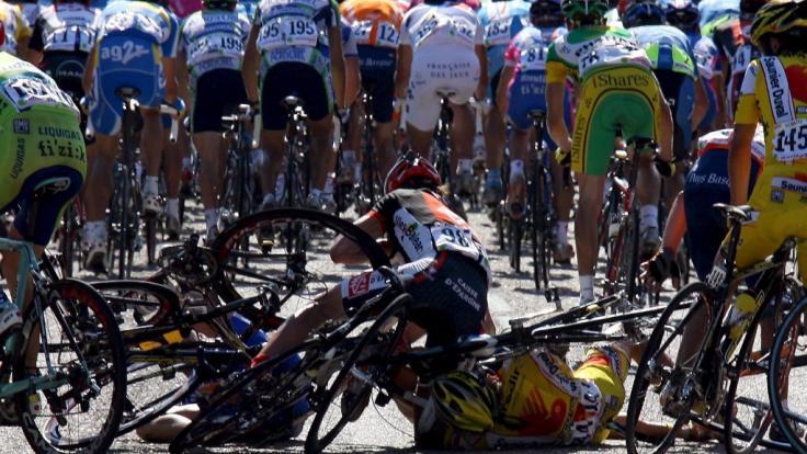 Wir stellen Ihnen die schlimmsten Unfälle in der Geschichte der Tour de France vor.
