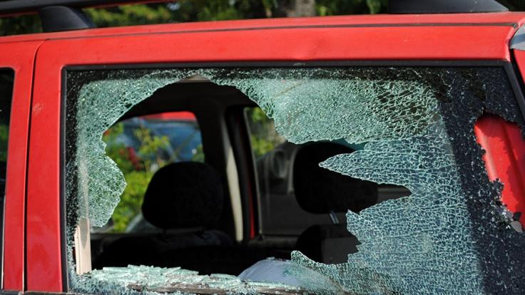 Darf man eine Autoscheibe einschlagen, wenn Kinder bei Hitze im Auto gefangen sind?
