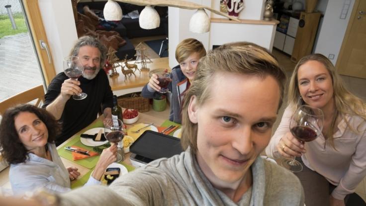 Der Vierfach-Mord in Rupperswill kurz vor Weihnachten 2015 sorgt nicht nur in der Schweiz für große Aufregung. Ein letztes Selfie der Familie enthüllte nun, dass sie am Vorabend noch gemeinsam Raclette aßen. (Foto)