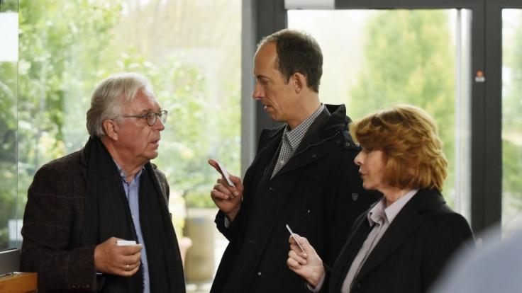 Dr. Klaus Reiter (Gerd Anthoff), André Langner (Rudolf Krause) und Dr. Eva Maria Prohacek (Senta Berger). (Foto)