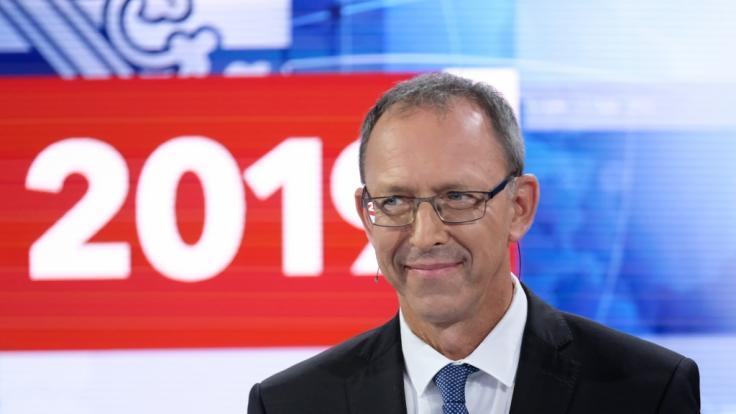 Jörg Urban, Landesvorsitzender der sächsischen AfD, steht im Wahlstudio des Mitteldeutschen Rundfunks.