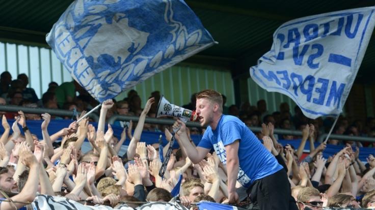 Die Fans vom SV Meppen heizen den Kampfgeist ihrer Mannschaft an. (Symbolbild) (Foto)