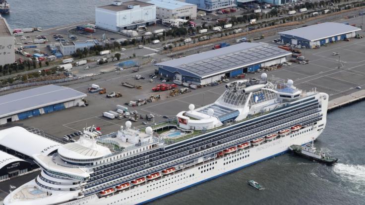 """Das Kreuzfahrtschiff """"Diamond Princess"""" liegt im Hafen von Yokohama, um Lebensmittel und andere Vorräte aufzufüllen. (Foto)"""