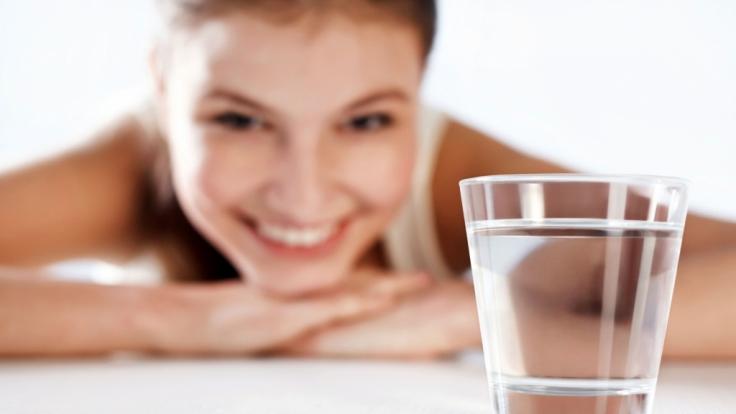 Schönheitspflege von innen: täglich Mineralwasser trinken. (Foto)