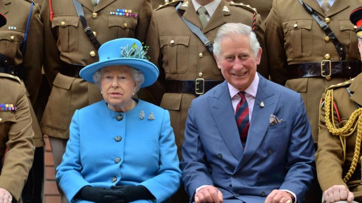QueenElizabeth II. und ihr Sohn Prinz Charles. (Foto)