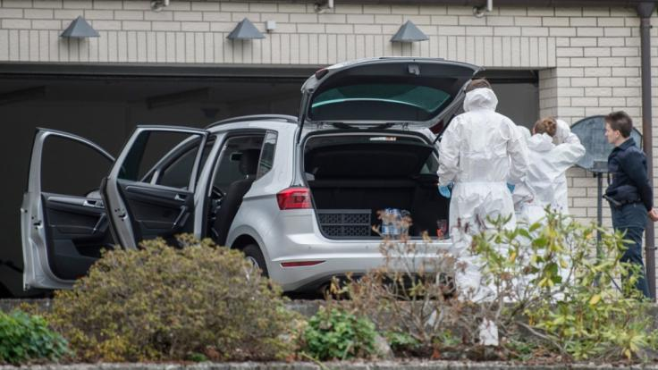 Mitarbeiter der Spurensicherung stehen vor dem Einfamilienhaus, in dem bei einem Brand zwei tote Kinder geborgen wurden. (Foto)