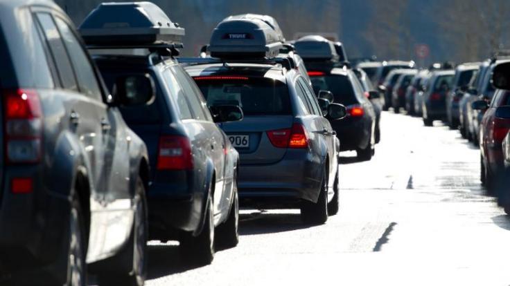 In den nächsten Tagen sorgen Wintersportler, die mit dem Auto reisen, wieder für volle Autobahnen in Richtung Alpen. (Foto)