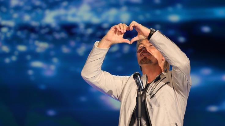 Nik P. formt auf der Bühne mit seinen Händen ein Herz. (Foto)