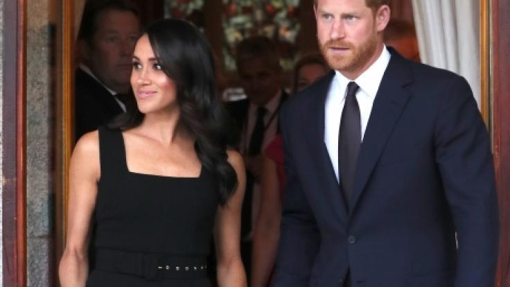 Zu Beginn noch farbenfroh setzt Herzogin Meghan inzwischen auf schwarze Kleidung.