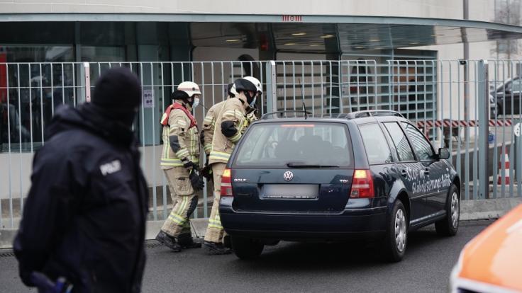 Ein Auto ist in das Tor des Bundeskanzleramtes gerast. (Foto)