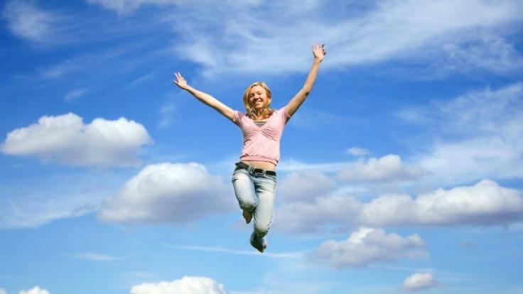 Vor Freude in die Luft springen - auch im Alltag gibt es vieles, was glücklich machen kann. (Foto)