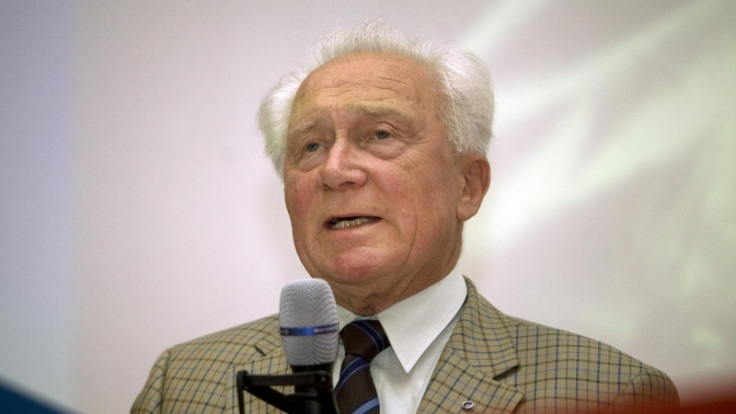 Dr. Sigmund Jähn bei einem seiner seltenen Vorträge. (Foto)