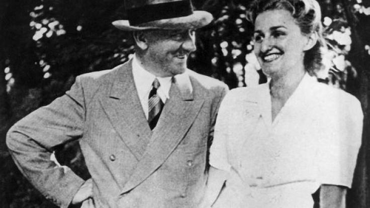 Ein seltenes Bild: Eva Braun und Adolf Hitler ganz privat. Ort und Zeit des Fotos sind nicht bekannt. (Foto)