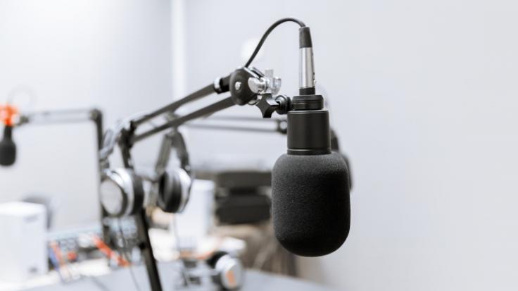 Trauer um Juergen Schulz: Der MDR-Moderator, bekannt aus Rundfunk und Fernsehen, ist im Alter von 76 Jahren gestorben (Symbolbild).