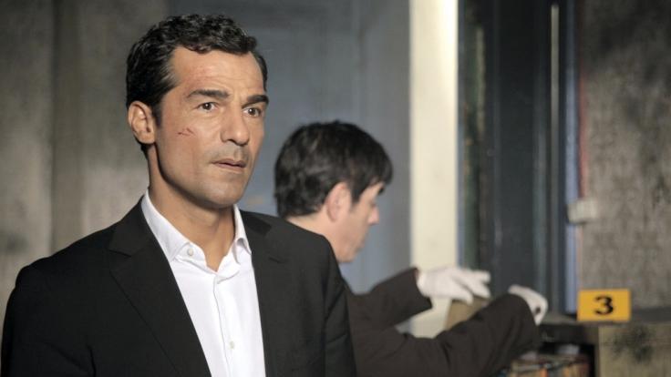 Özakin (Erol Sander, li.) und sein Assistent Mustafa (Oscar Ortega Sánchez, re.) bei der Spurensicherung am Tatort. (Foto)