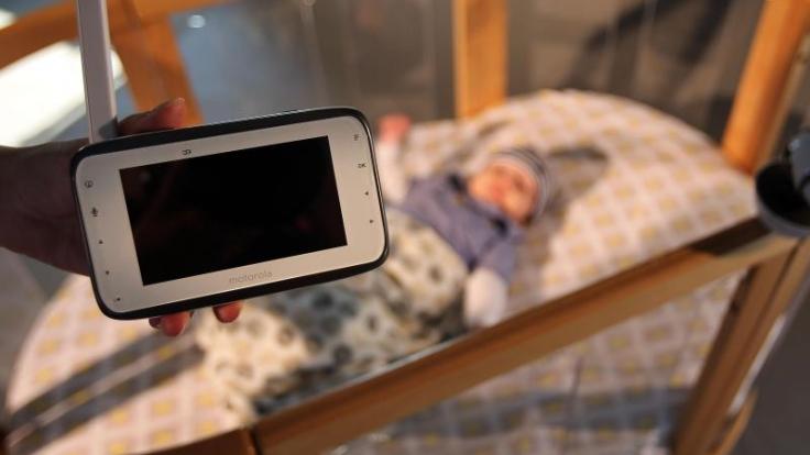 Für zuverlässige Babyfone mit Video-Funktion müssen Verbraucher mindestens 170 Euro zahlen. Das ergab ein Test der Stiftung Warentest. Foto: Oliver Berg/dpa (Foto)