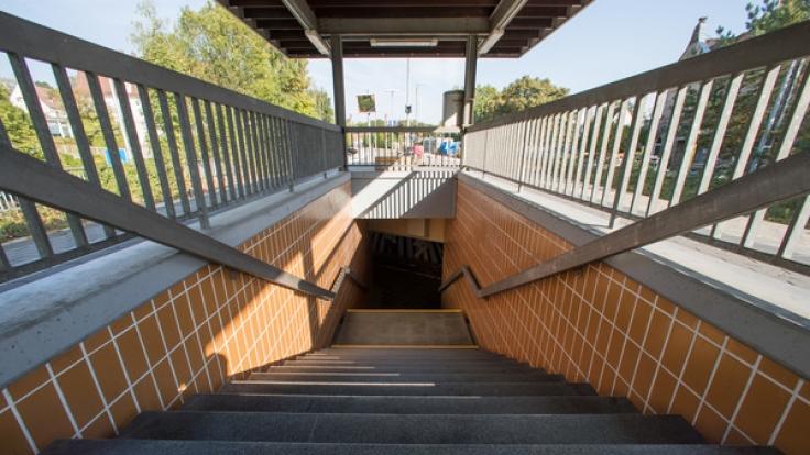 In Freiburg hat ein 18-Jähriger zwei Männer eine Treppe hinuntergetreten und sie weiter mit Tritten traktiert. (Foto)