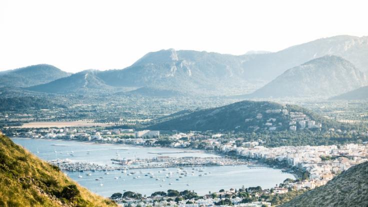 In Port d'Alcudia überschwemmte ein Meteotsunami den Strand und die Promenade.