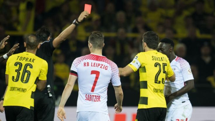 Dortmunds Sokratis (2vr) bekommt von Schiedsrichter Deniz Aytekin die Rote Karte gezeigt.