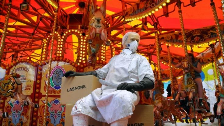 Im Kinderkarussel sind die Pferde nicht zum fröhlichen Ponyreiten da: Es gibt frische Lasagne. (Foto)