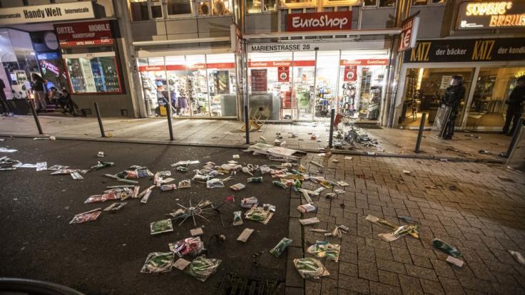 In der Stuttgarter Innenstadt haben hunderte Menschen randaliert.