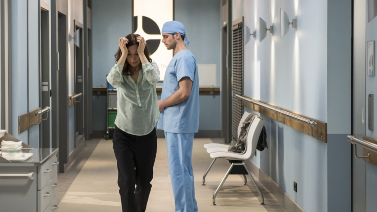 Dr. Ahrend (Roy Peter Link, r.) musste Susanne Albrecht (Julia Richter, l.) mitteilen, dass ihr Mann die OP nicht überstanden hat.