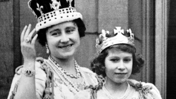 Elizabeth Bowes-Lyon, auch bekannt als Queen Mum, und ihre Tochter, die spätere Queen Elizabeth II., im Jahr 1937 auf dem Balkon des Buckingham Palasts.