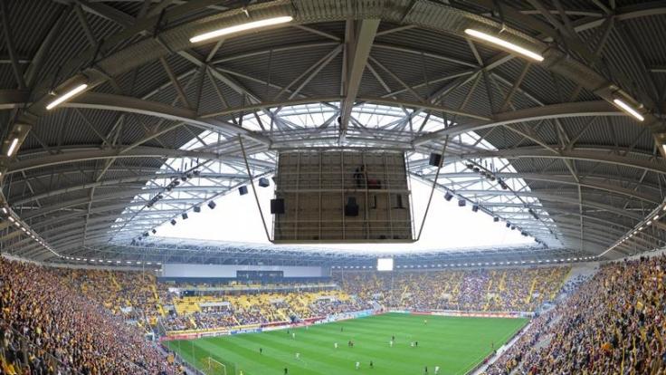 Tausende Fans von Dynamo Dresden sitzen im neuen Rudolf-Harbig-Stadion, das seinen Namen durch die Geschichte rettete. (Foto)