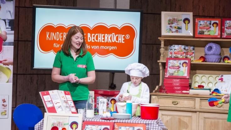 Birgit Wenz präsentiert mit ihrem Sohn die Kinderleichte Becherküche.