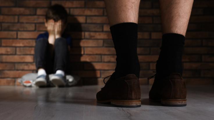 Ein inzwischen verstorbener Jugendleiter aus Mittelfranken soll über knapp drei Jahrzehnte hinweg Jungen sexuell missbraucht haben (Symbolbild).