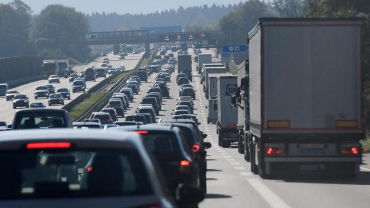 In manchen Bundesländern enden, in anderen beginnen am kommenden Wochenende die Herbstferien. Die Staugefahr ist daher auf mehreren Autobahnen im Bundesgebiet hoch. (Foto)