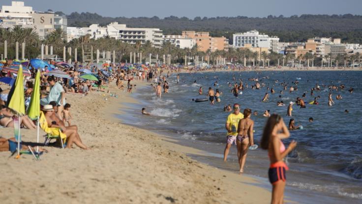 Trotz Corona tummeln sich zahlreiche Touristen am Strand: Wird Mallorca schon bald zum Risikogebiet erklärt? (Foto)