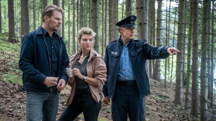 Kai Scheve (l.) als Kommissar Robert Winkler mit Lara Mandoki (M.) als Karina Szabo und Thomas Bading (r.) in einer Szene aus